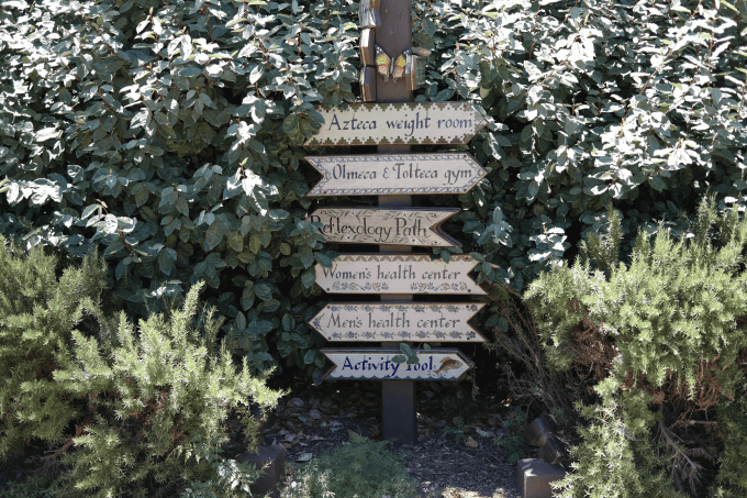 Which way to the pool?  These helpful signs are everywhere.  Otherwise, I'd still be lost.